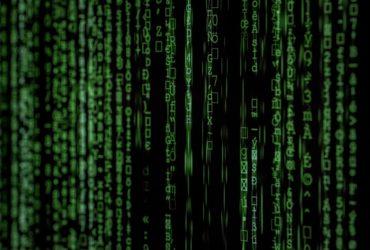 Ecran d'un ordinateur affichant des algorithmes