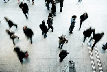 Des personnes circulant dans un espace public