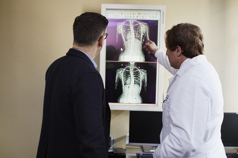 Deux médecins analysant une radiologie