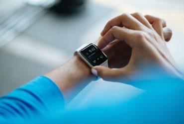 Une montre Apple Watch au poignet