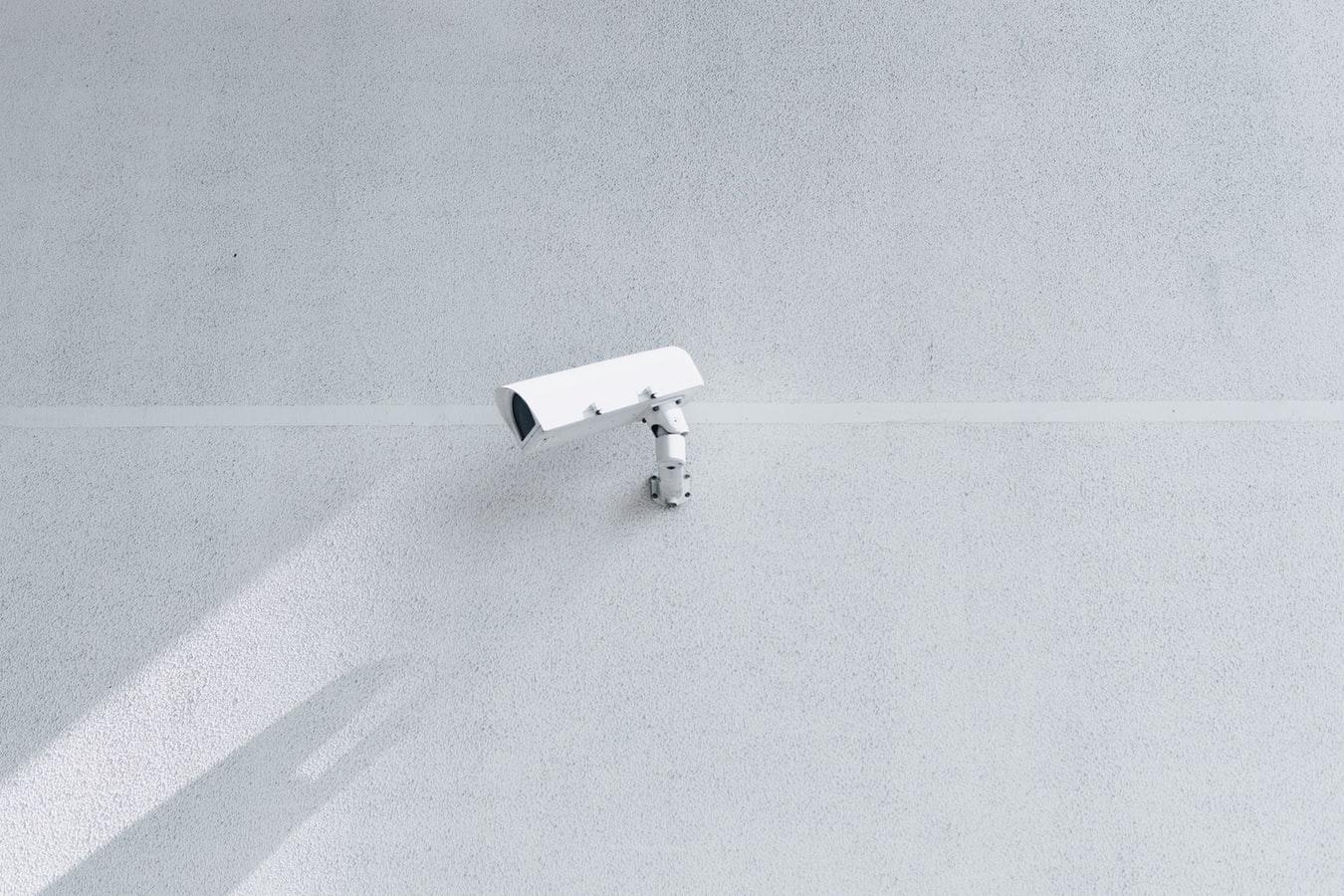 Une caméra de surveillance dans la rue