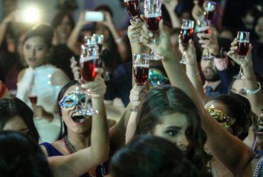 Des jeunes gens pendant une fête.