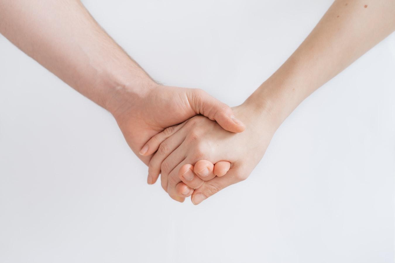 Un homme et une femme se tenant la main.