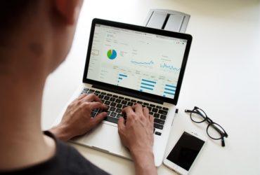 Un homme travaillant sur un ordinateur portable.