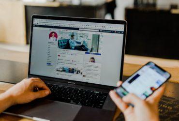 Page Facebook des médias sociaux d'un entrepreneur sur ordinateur et mobile.