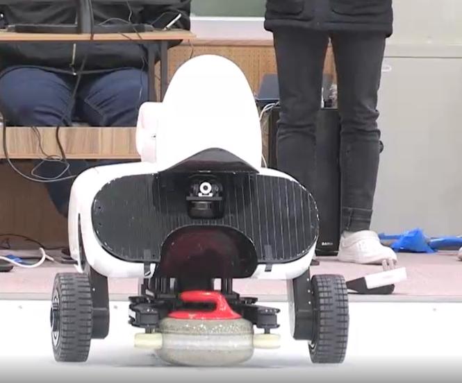 Le robot Curly lors d'un de ses matchs face à des équipes sud coréennes de Curling professionnelles.
