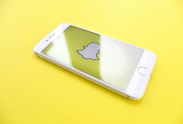 Un téléphone affichant le logo de Snapchat.